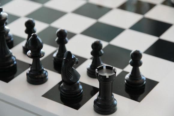 Un jeu d'échec avant le début d'un partie. Zoom sur les noirs.